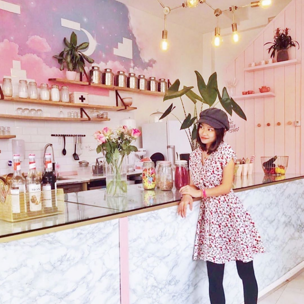 moon-cafe-instagrammable-bar